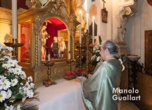 La clavariesa mayor del altar del Mercat, Rosa Mª Queralt, en la ofrenda al santo. Foto de Manolo Guallart.