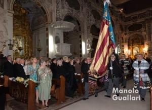 Solemne entrada de la Real Senyera del altar del Mercat. Foto de Manolo Guallart.