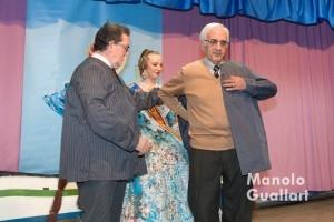 Josep García Bosch, premio con la Barca d´Or, se pone el blusón de la falla Barraca -Columbretes. Foto de Manolo Guallart.