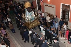 Procesión con la Virgen por la calle Mayor de Corbera. Foto de Manolo Guallart.