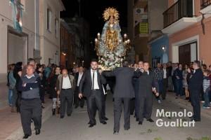 Portadores de Corbera llevando a la Virgen en procesión. Foto de Manolo Guallart.