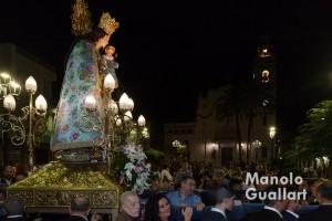 Procesión nocturna con la Virgen en Corbera (al fondo la parroquia de los Santos Vicentes). Foto de Manolo Guallart.