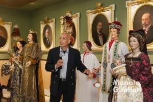 """El restaurador Abelardo Sastre ante los """"Bultos"""" en su presentación. Foto de Manolo Guallart."""