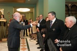 Manuel Desantes entrega al notario César Belda un incunable del Sermonario de San Vicente Ferrer. Foto de Manolo Guallart.