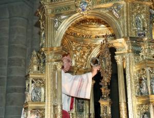 El canónigo Manuel Plana colocando la hostia consagrada en la custodia para la procesión del Corpus Christi de 2007. Foto de Manolo Guallart.