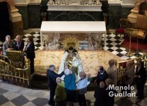Besamano a la Virgen de los Desamparados en Valencia. Foto de Manolo Guallart.