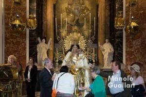 Camareras de la Corte de Honor de la Virgen participan con oraciones en el Besamano. Foto de Manolo Guallart.