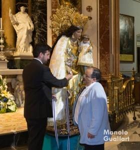 Éste vecino de Albal donó el manto que llevaba la Virgen en el Besamano. Foto de Manolo Guallart.
