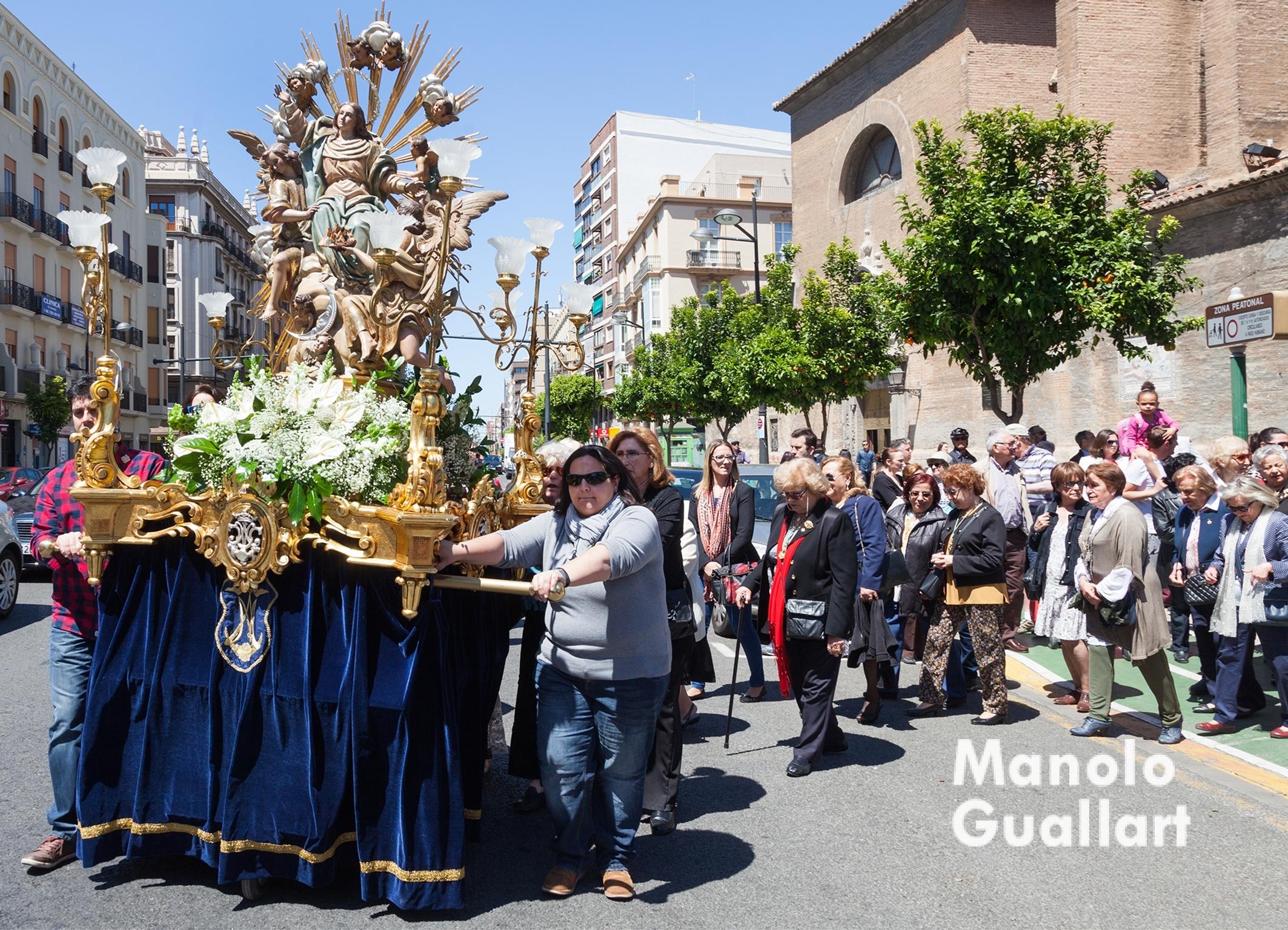 La imagen procesional de la Asunción de María marcha hacia el puerto de Valencia para recibir al Cristo del Grao. Foto de Manolo Guallart.