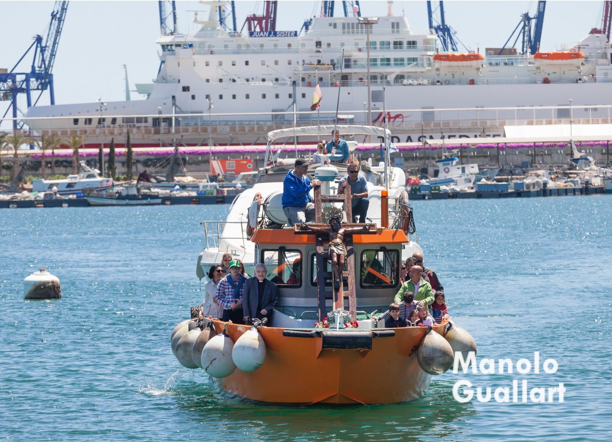 El Cristo del Grao llega al Puerto de Valencia. Foto de Manolo Guallart.