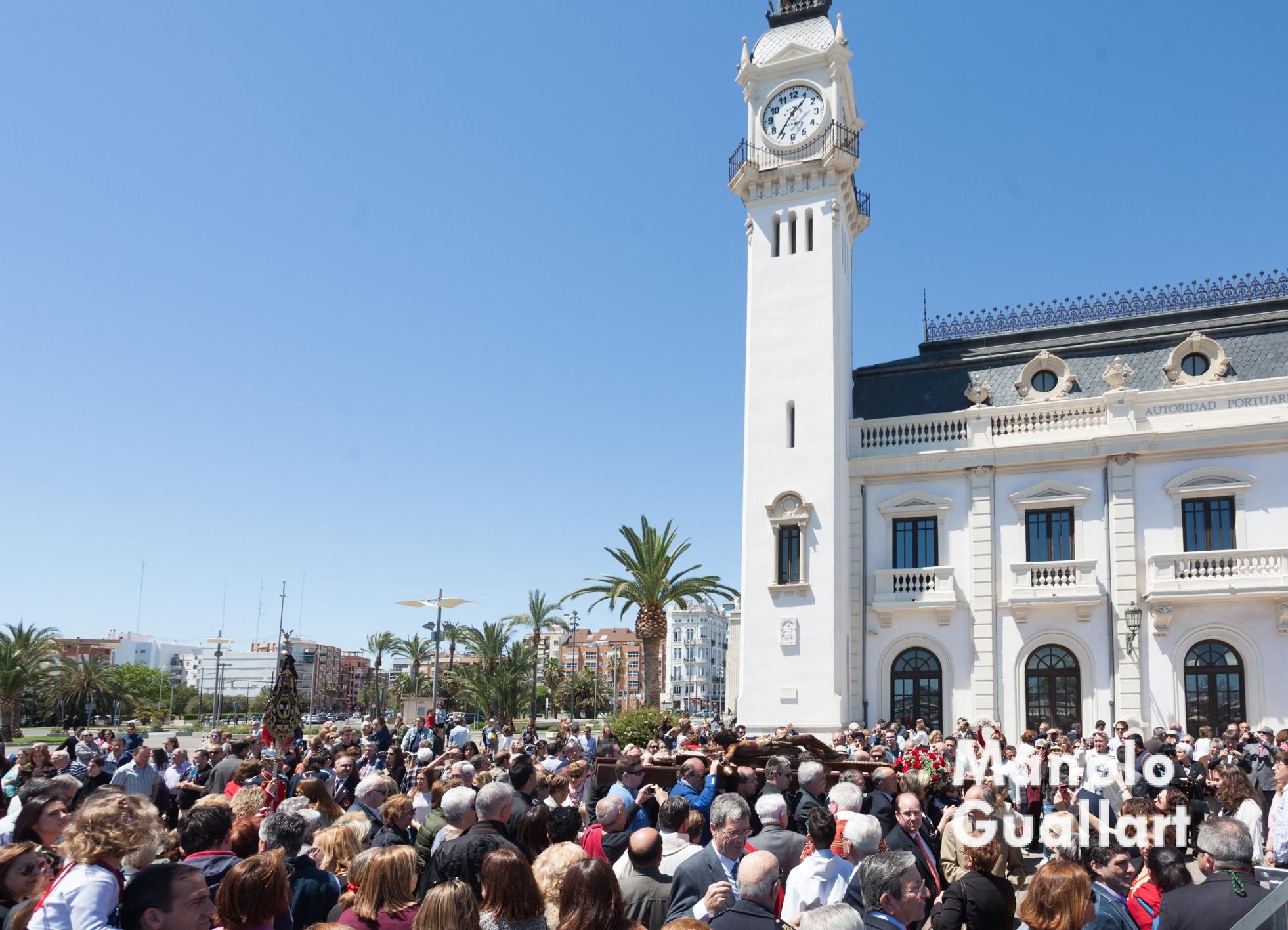 El Cristo del Grao pasa ante el Edificio del Reloj en el puerto de Valencia. Foto de Manolo Guallart.