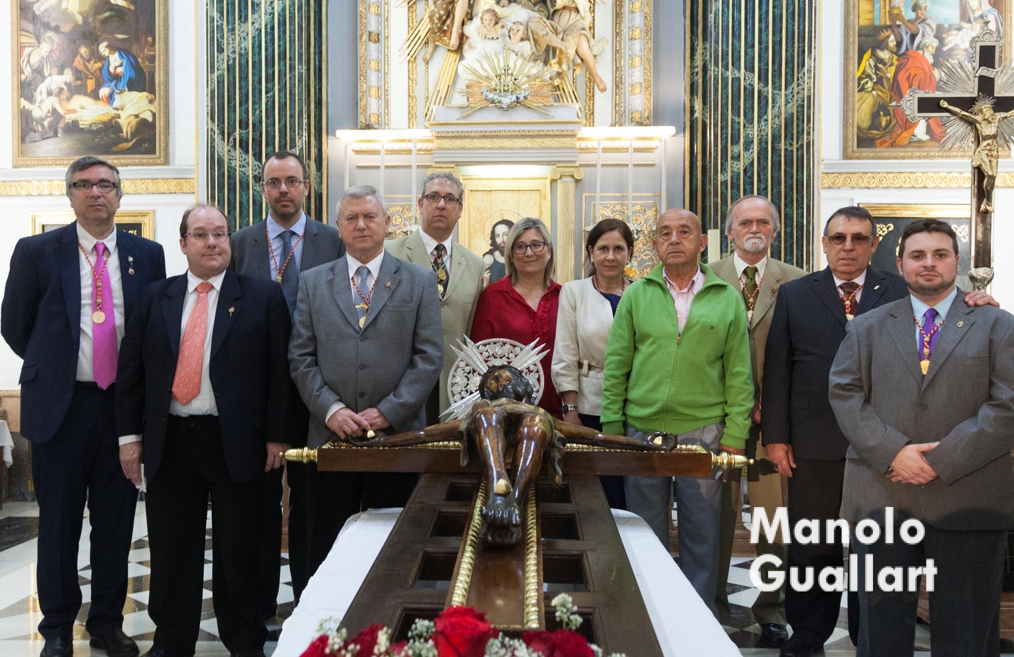 Junta de Gobierno de la Cofradía del Santísimo Cristo del Grao con la imagen en el altar mayor de Santa María del Mar. Foto de Manolo Guallart.