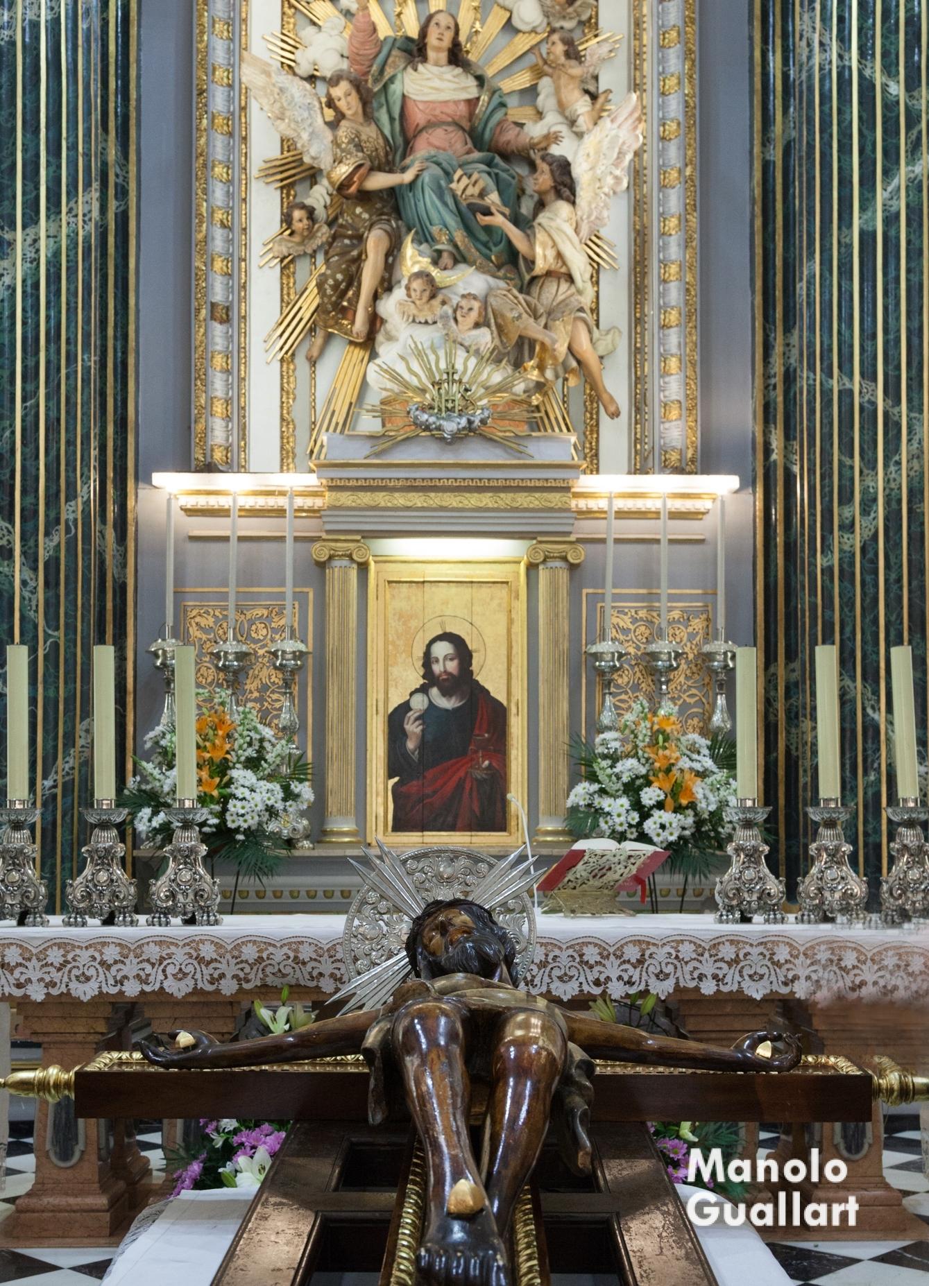 El Santísimo Cristo del Grao en el altar mayor de la parroquia de Santa María del Mar. Foto de Manolo Guallart.