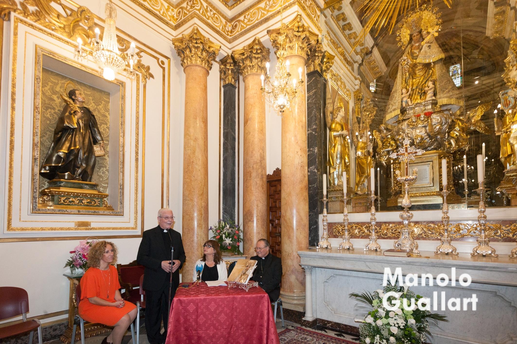 Juan Bautista Antón hablando en la presentación del libro sobre la restauración de la Virgen. Foto de Manolo Guallart.