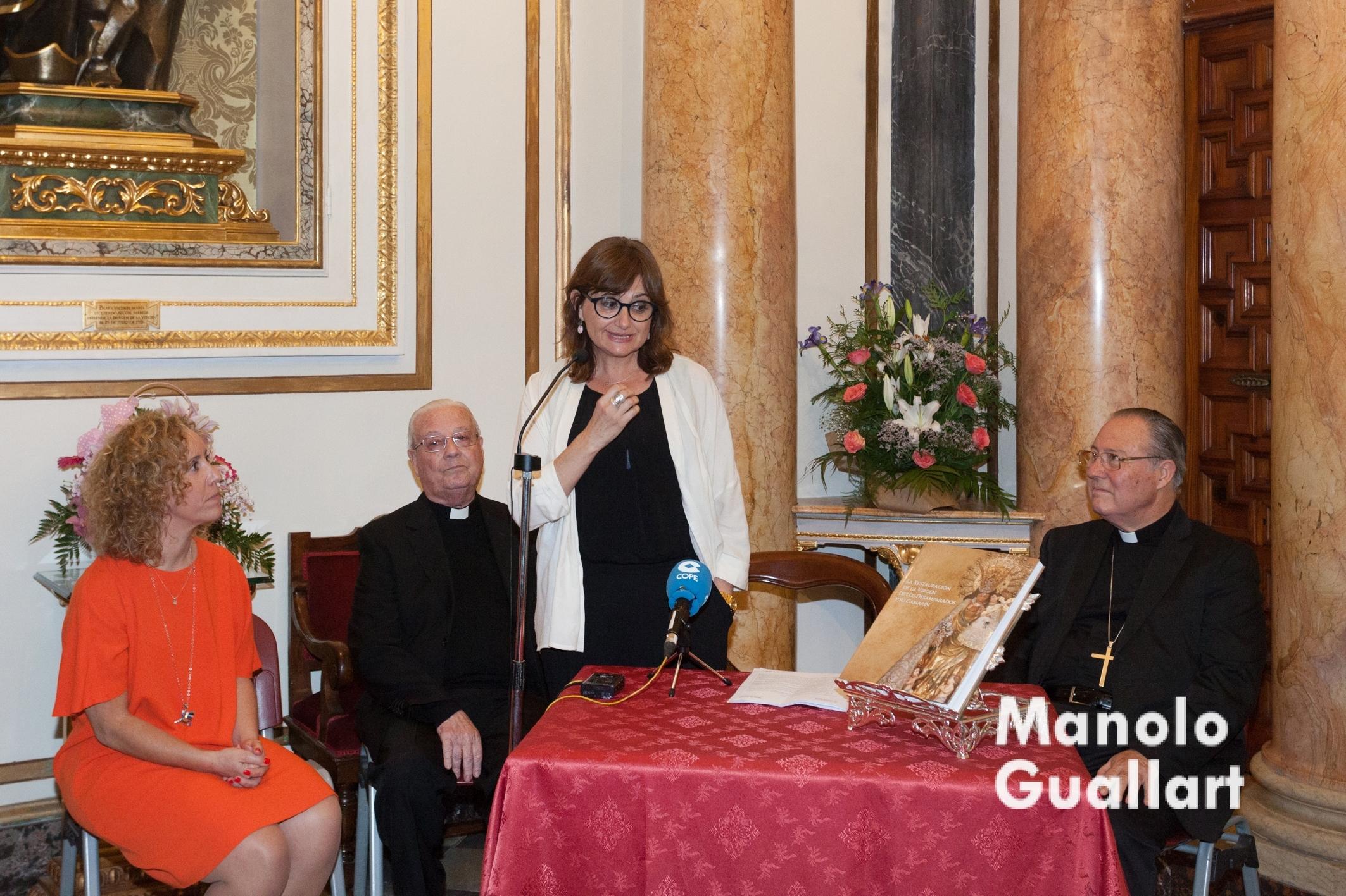 Carmen Amoraga expresando su satisfacción por el libro presentado en el camarín de la Virgen. Foto de Manolo Guallart.
