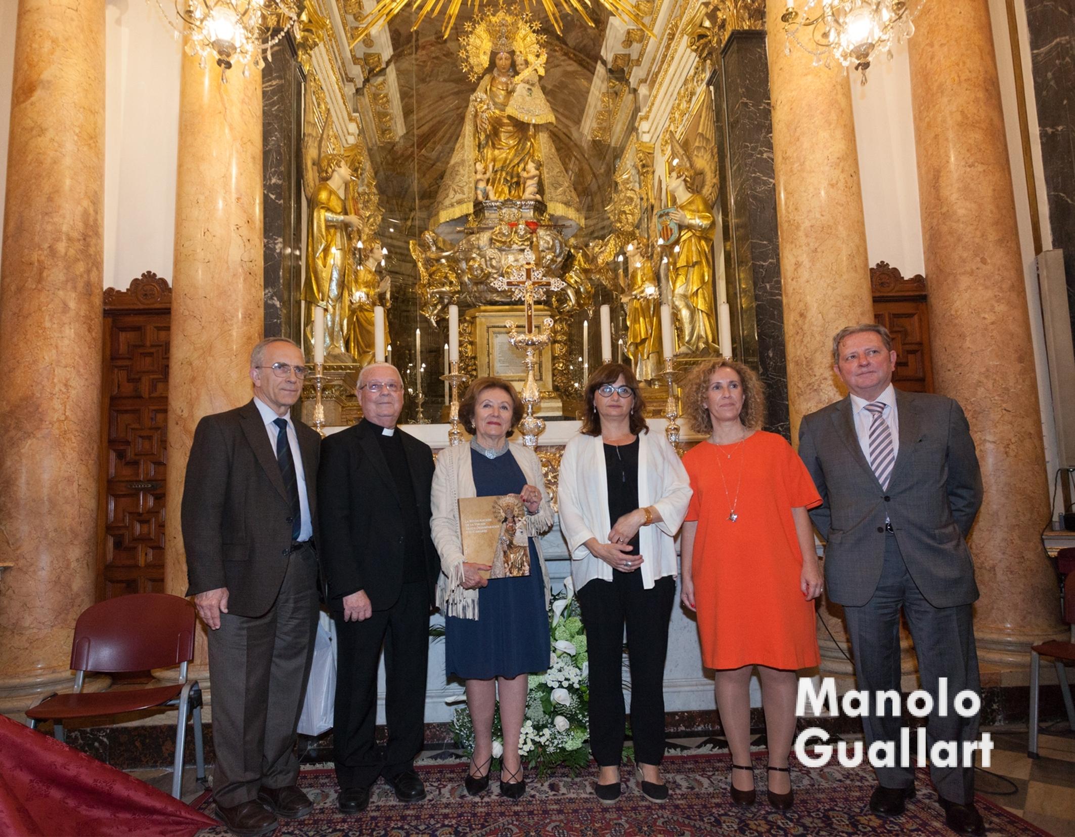 Representación de la Archicofradía, la Basílica, el IVC+R, la Generalitat y la Fundación Hortensia-Herrero en el camarín de la Virgen tras la presentación del libro de su restauración. Foto de Manolo guallart.