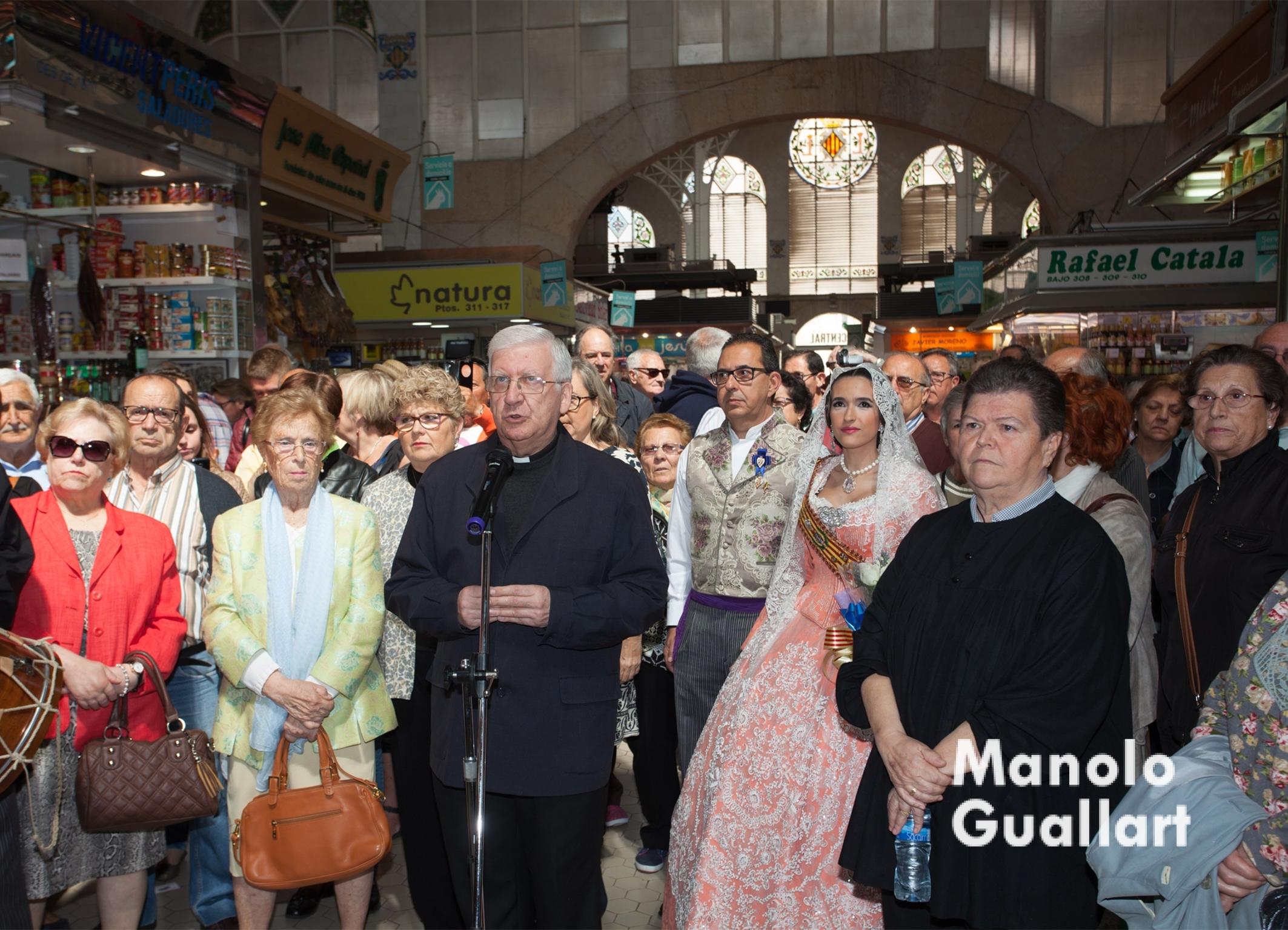 Vicente Vicedo, párroco de los Santos Juanes, reza a la Virgen en el Mercado Central. Foto de Manolo Guallart.