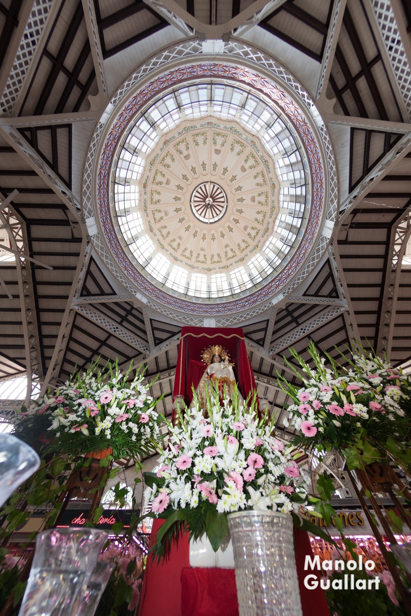 La Virgen de los Desamparados bajo la bóveda del Mercado Central de Valencia. Foto de Manolo Guallart.