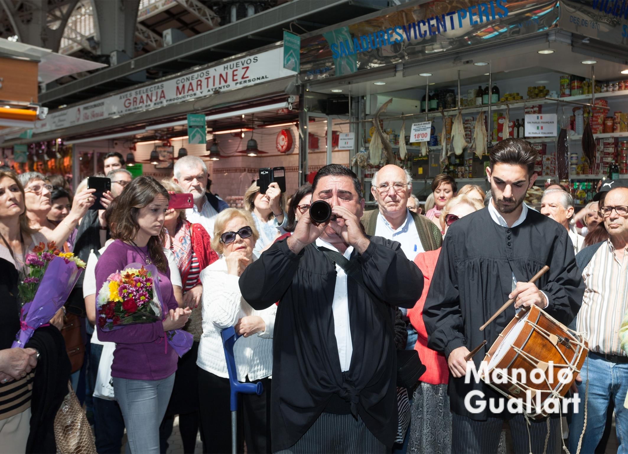 """Música de """"Tabal i dolçaina"""" para la Virgen. Foto de Manolo Guallart."""