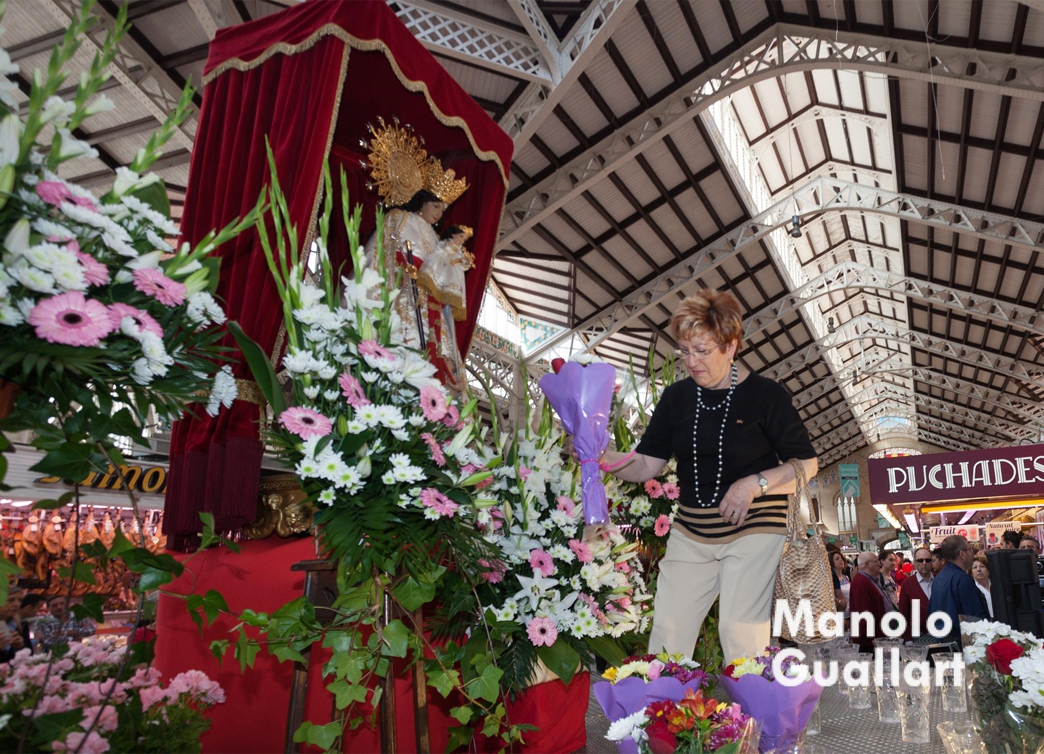 Ofrenda a la Virgen en el Mercado Central de Valencia. Foto de Manolo Guallart.