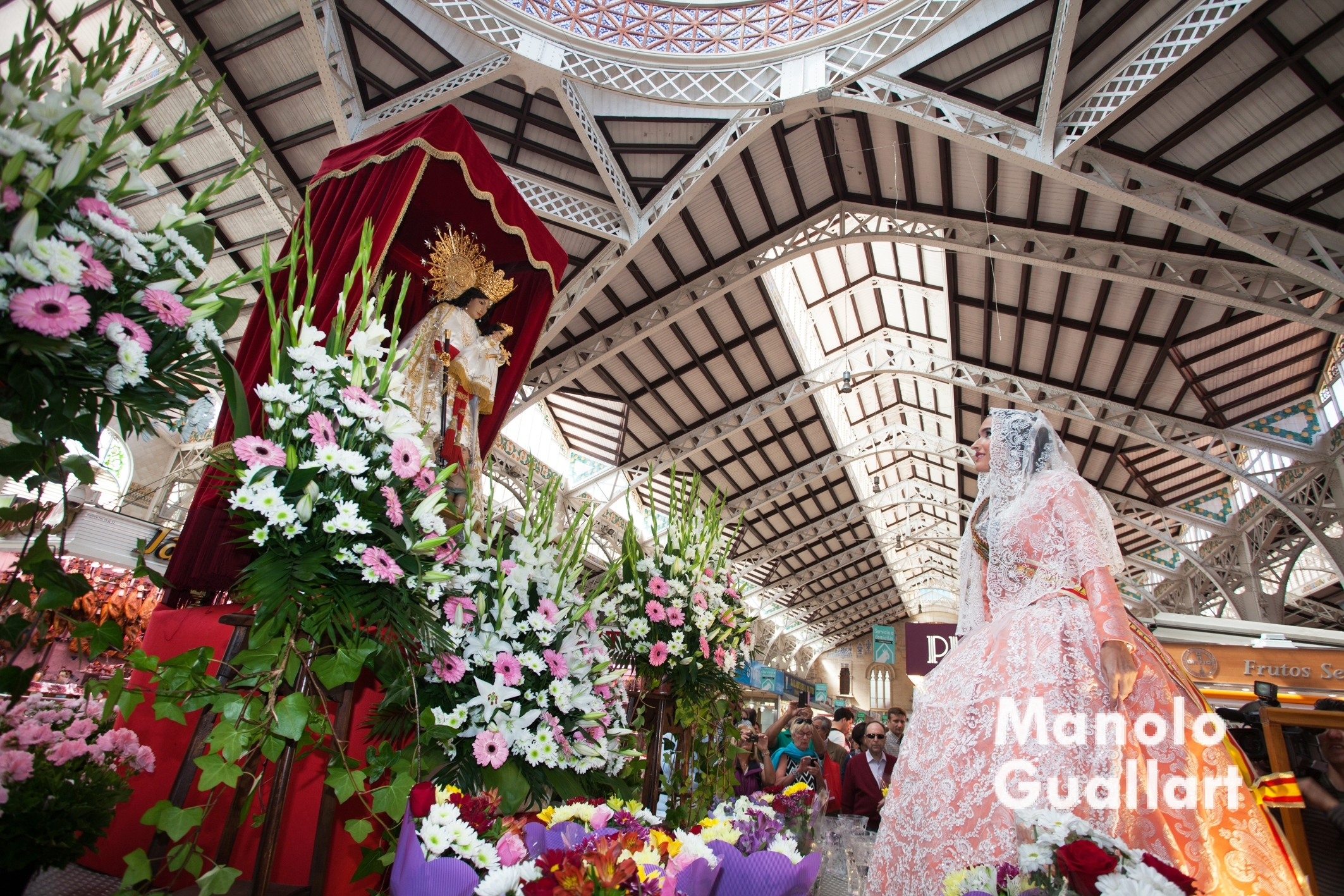 Irene Sanz, Fallera mayor de la falla Mercado Central, en su ofrenda a la Virgen en el mercado. Foto de Manolo Guallart.