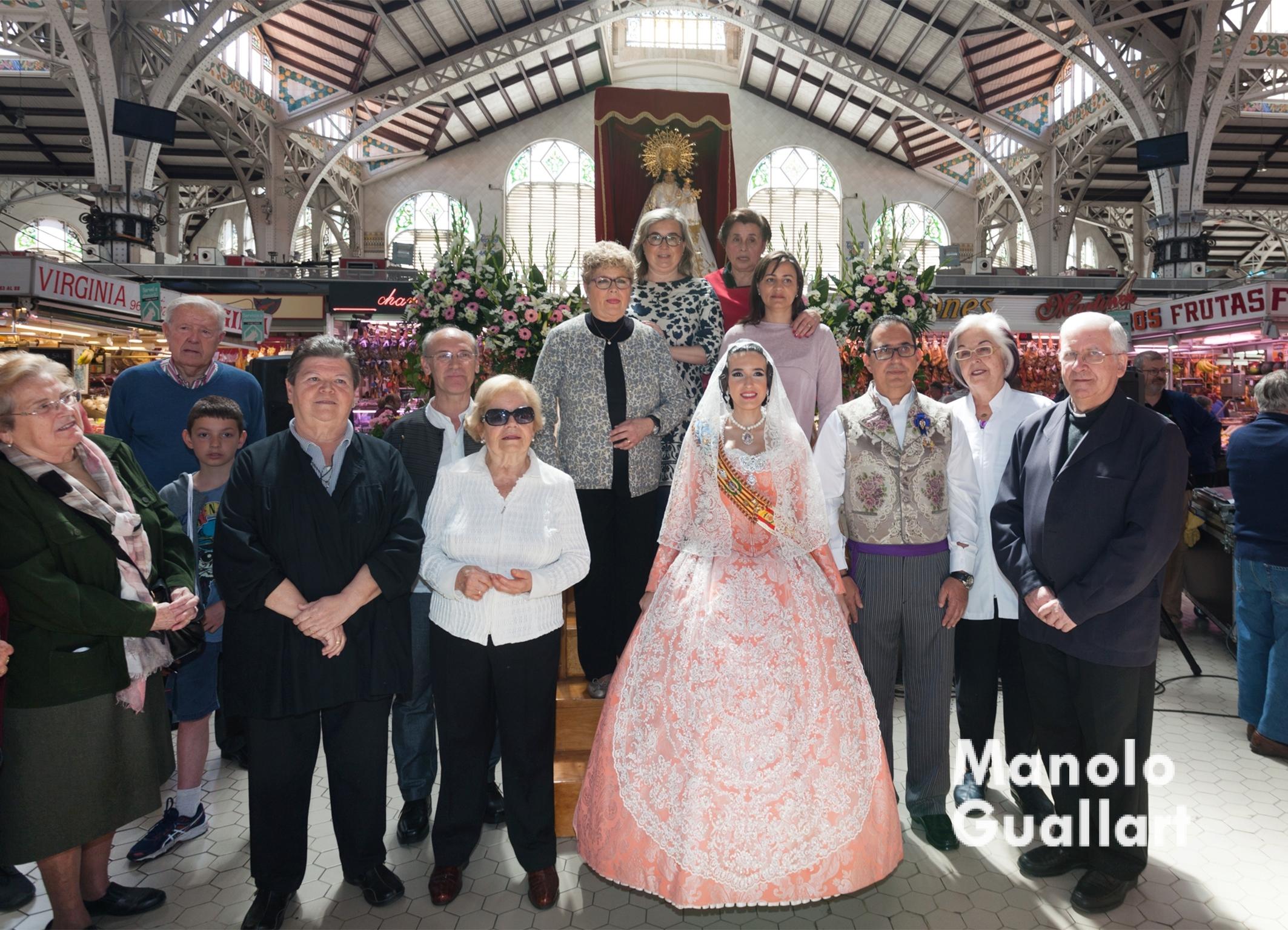 Imagen para el recuerdo tras el homenaje a la Virgen en el Mercado Central de Valencia. Foto de Manolo Guallart.