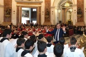 Luis Garrido dirigiendo a la Escolanía de la Virgen en la Vísperas de la fiesta. Foto de Manolo Guallart.