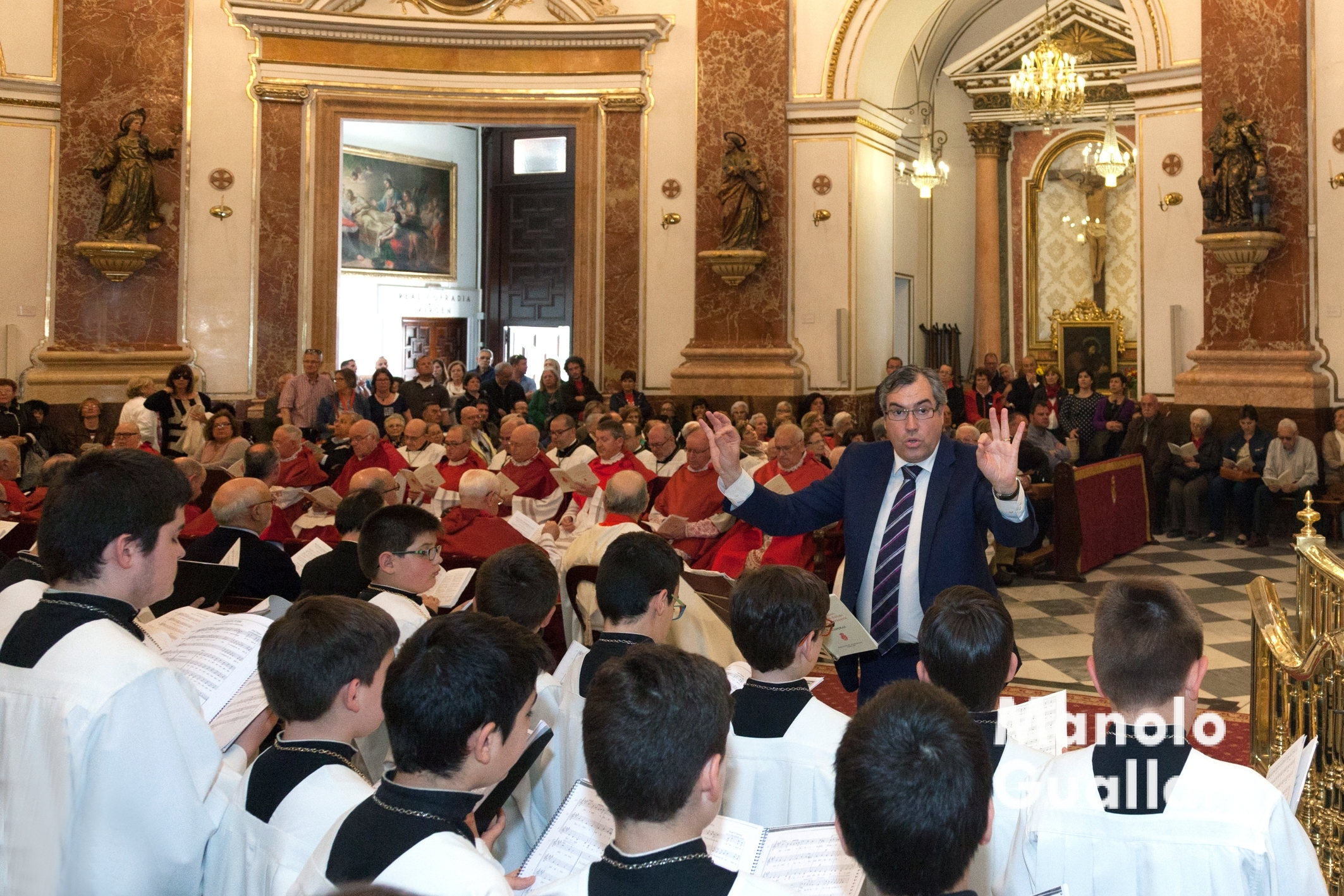Juan José Garrido dirigiendo a la Escolanía de la Virgen en la Basílica. Foto de Manolo Guallart.