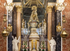 La Virgen de los Desamparados en el altar mayor de la Basílica. Foto de Manolo Guallart.