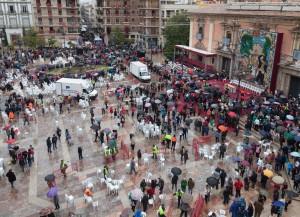 Preparación de la plaza de la Virgen para el Traslado. Foto de Manolo Guallart.