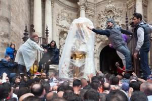 Traslado de la Virgen llegando a la Puerta de los Hierros de la Catedral. Foto de Manolo Guallart.