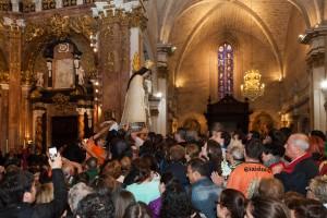 Fervor popular después del Traslado de la Virgen en el altar mayor de la Catedral. Foto de Manolo Guallart