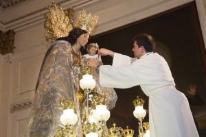 Preparando la imagen de la Virgen para la procesión con lluvia. Foto de Manolo Guallart.
