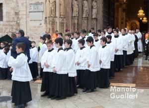 La Escolanía de la Virgen participan en la solemne procesión. Foto de Manolo Guallart.