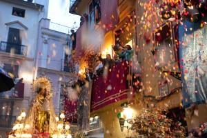 Procesión de la Virgen por la calle de Avellanas. Foto de Manolo Guallart.