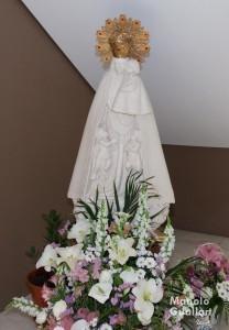 La imagen de la Virgen en la Escolanía tras la ofrenda de los escolanes. Foto de Manolo Guallart.