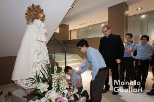 Flores para la Virgen en la Escolanía. Foto de Manolo Guallart.
