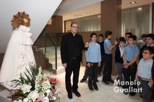Avemaría con una vela para la Virgen en la Escolanía. Foto de Manolo Guallart.