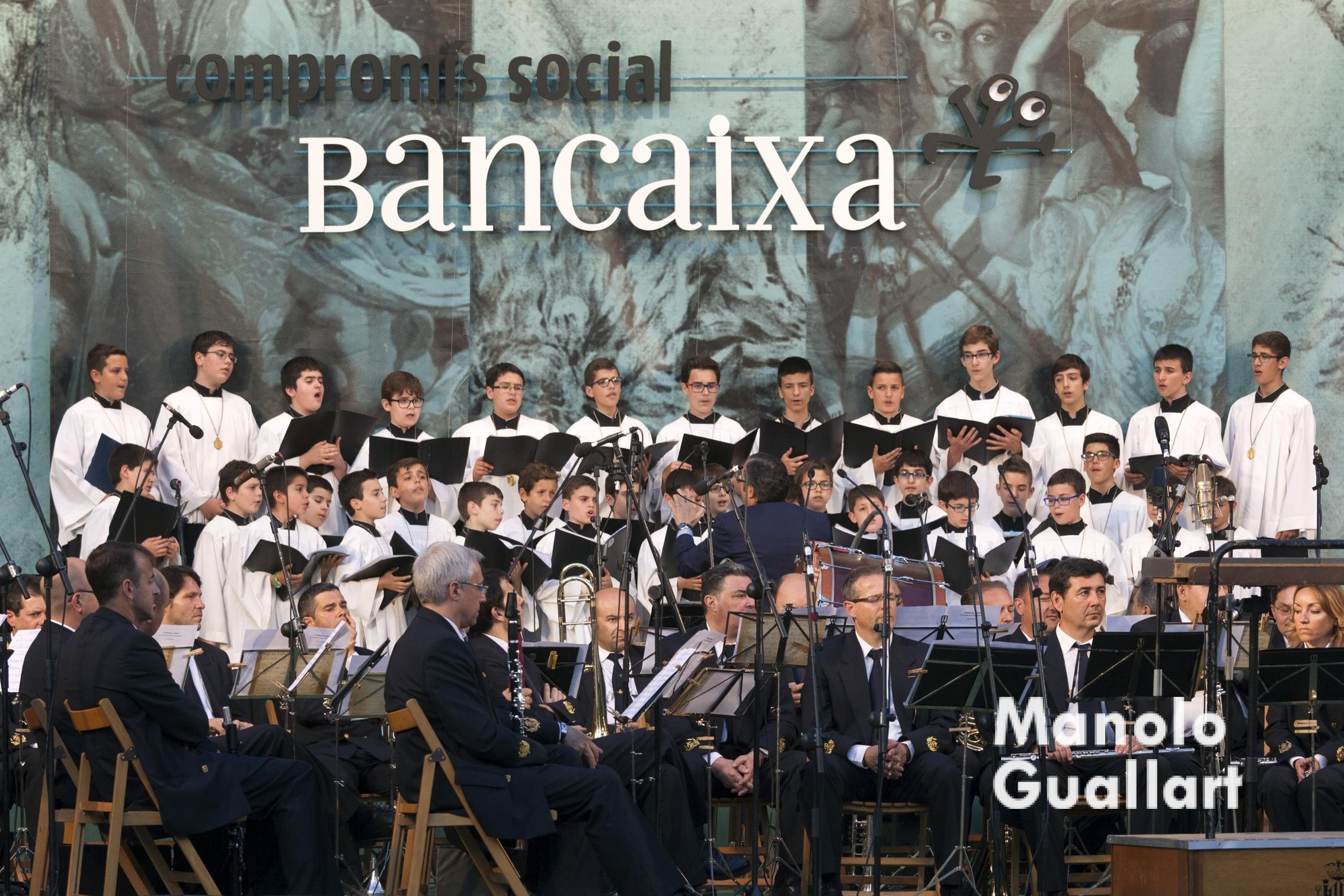 """La Escolanía en la """"Ronda a la Verge"""". Foto de Manolo Guallart."""