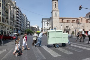 Con un antiguo carro por la plaza de San Agustín haciendo el reparto de tartas y programas. Foto de Manolo Guallart.