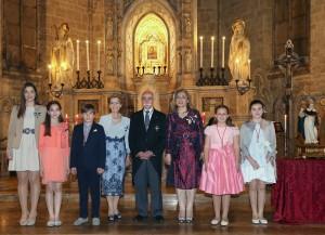 De izda. a dcha., camareras, padrino, clavarios mayores, Honorable Clavariesa, madrina y portadora. Foto de Manolo Guallart.