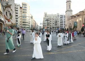 Los niños del Colegio Imperial de Huérfanos encabezan la procesión. Foto de Manolo Guallart.
