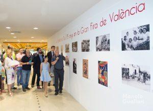 Rafael Solaz explica los detalles de la Batalla de Flores a través de sus archivos. Foto de Manolo Guallart.
