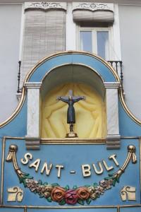 La imagen de Sant Bult en el altar ubicado en su plaza. Foto de Manolo Guallart.