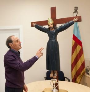 """Antonio Bellido, presidente de la Junta de Clavarios, con la imagen peregrina de """"Sant Bult. Foto de Manolo Guallart."""