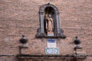 Escultura de San Luis Beltrán sobre la puerta de la parroquia en La Fonteta