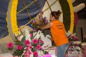 Pinchando la flor en una carroza. Foto de Manolo Guallart.