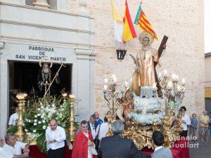 San Francisco de Paula y San Vicente Mártir, patronos de Benimámet, al inicio de la procesión. Foto de Manolo Guallart.
