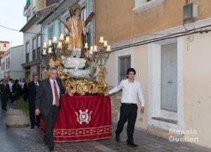 Vicente Benlloch (izda.) , acompañado de su hijo, portando el anda. Foto de Manolo Guallart.