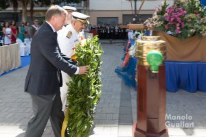 El delegado del Gobierno, Juan Carlos Moragues y el comandante naval Enrique Zafra en la Ofrenda a los caídos (Virgen del Carmen). Foto de Manolo Guallart.
